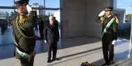 السيد الرئيس محمود عباس يهنئ الشعب الفلسطيني خلال وضعه إكليلاً من الزهور على ضريح الشهيد #ياسر_عرفات
