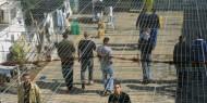 """إدارة """"عوفر"""" تنقل 20 أسيرا إلى الزنازين والأسرى يغلقون الأقسام ومستمرون بالإضراب"""
