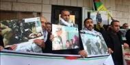 وقفة دعم للأطفال الأسرى أمام مقر الصليب الأحمر في الخليل